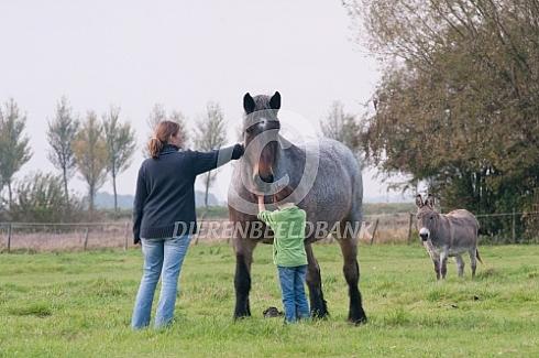 Moeder en dochter met trekpaard