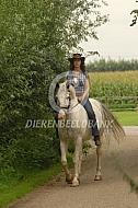 Vrouw met haar paard Flonker