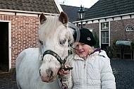 Meisje met haar pony