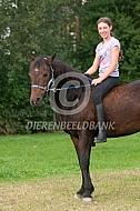 Meisje te paard zonder zadel
