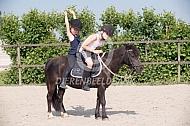 Met zijn tweeën op de pony