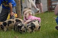 Meisje met kunekune varkens