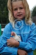 Meisje met haar kip