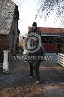 Buitenrit in de winter op werkpaard